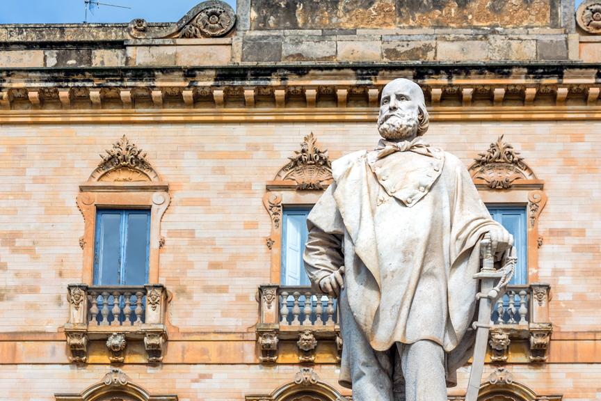 Garibaldi-Statue-In-Trapani-pigus-skrydziai-nica-wizzair