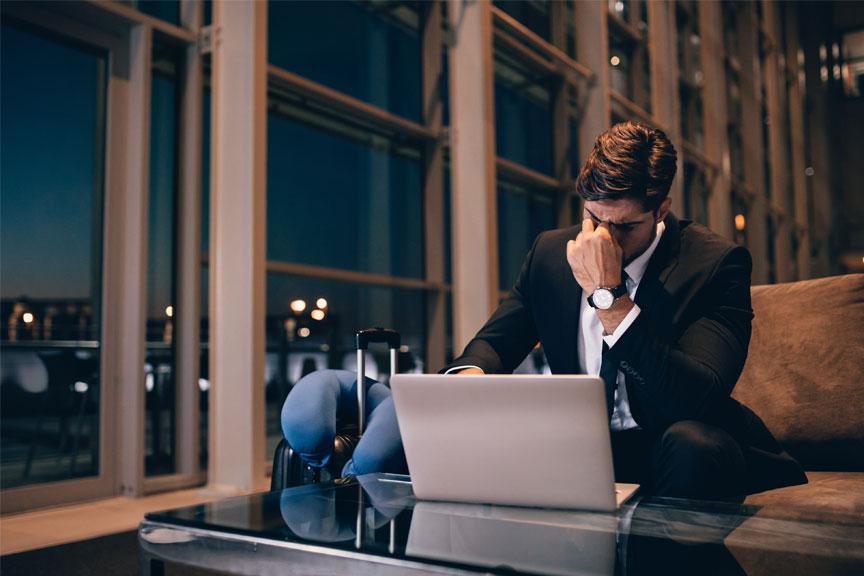Vyras laukia oro uoste