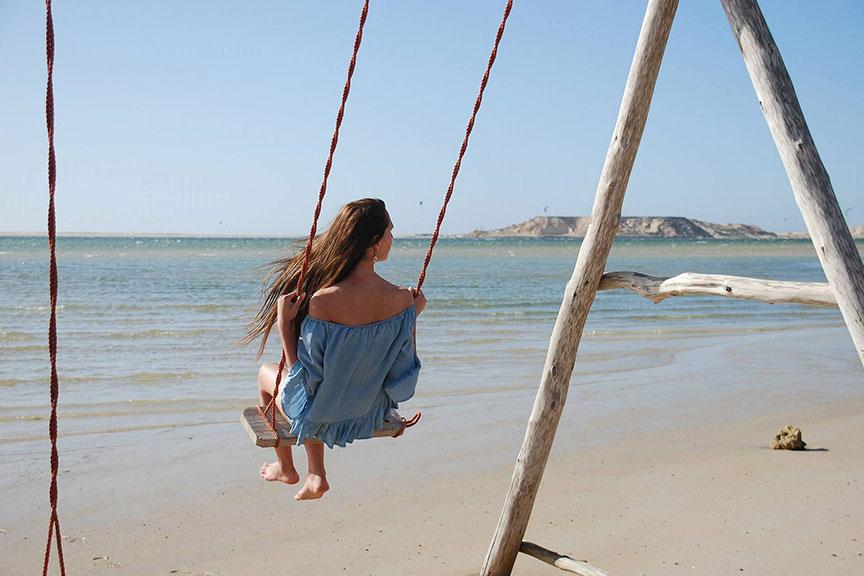 Mergina ant sūpynių Maroke