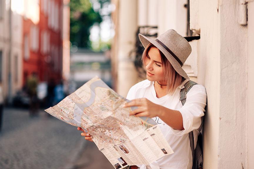 Megina žvelgianti į žemėlapį