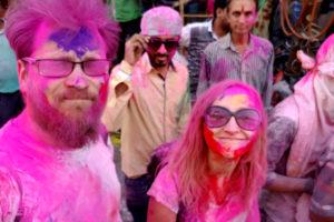 Vaikinas ir mergina Indijoje Holi šventė