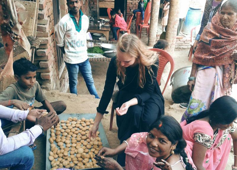 Mergina Indijoje su vietiniais