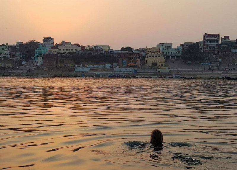 Gangos upėje plaukianti mergina