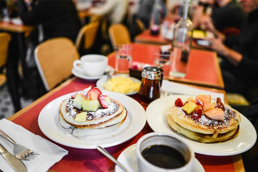 Pusryčiai, blynai Fiat Cafe kavinė Niujorkas