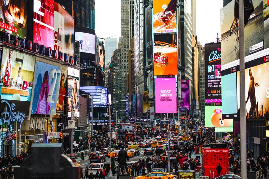 Niujorko gatvės, žmonių minios, reklamų stendai