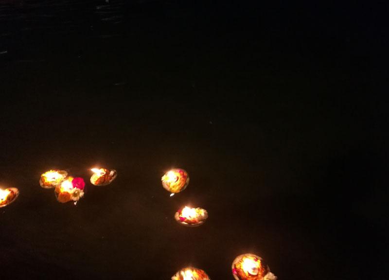 Į Gangos upę leidžiamos žvakutės