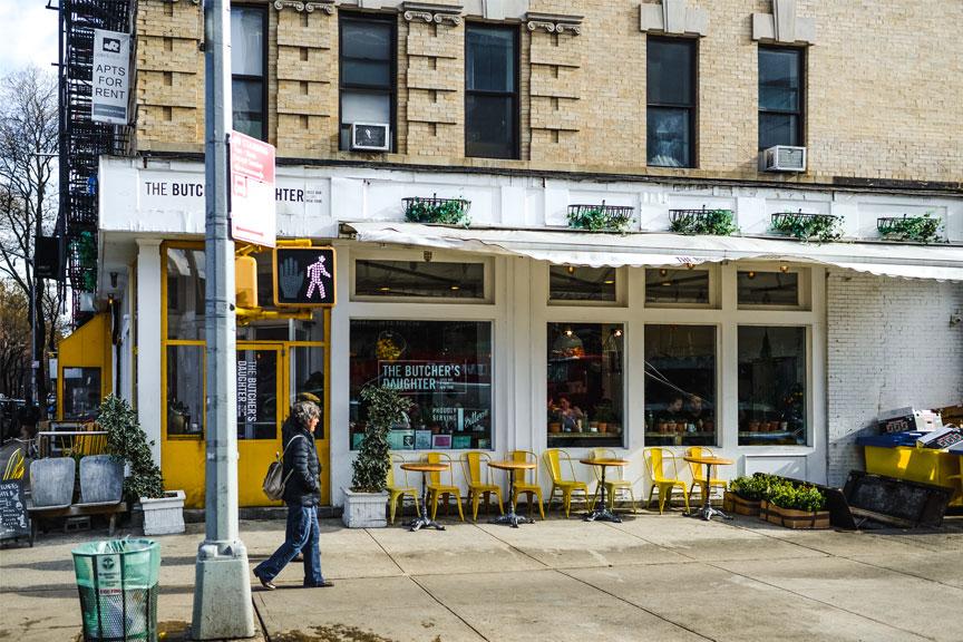 Praieivis šalia The Butcher's Daughter kavinės Niujorke