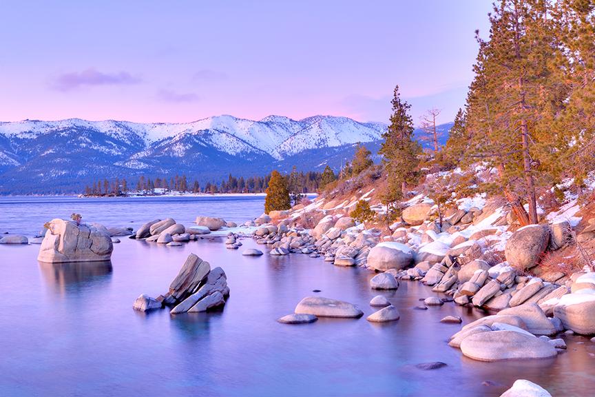 South lake Tahoe, Kalifornija, snieguoti kalnai, akmeninė ežero pakrantė