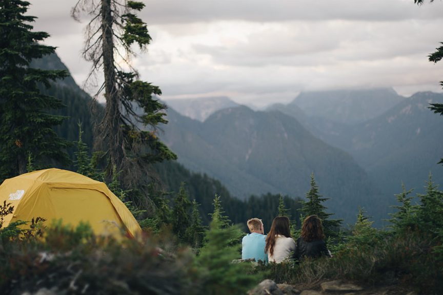 Kanada, kalnai, palapinė, trys draugai