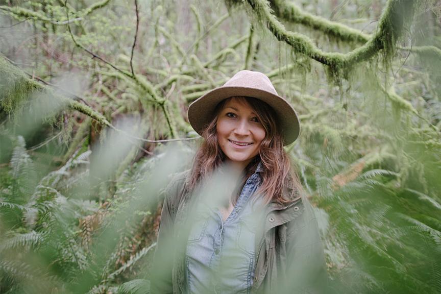 Mergina miškuose, Kanada